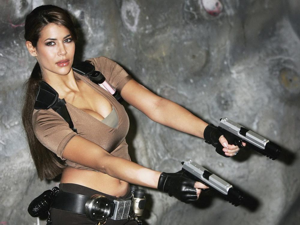 j голые девушки с оружием