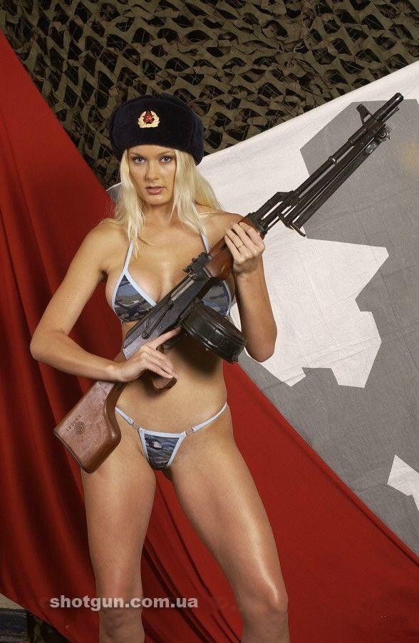 Фото голых девушек с оружием фото 700-953