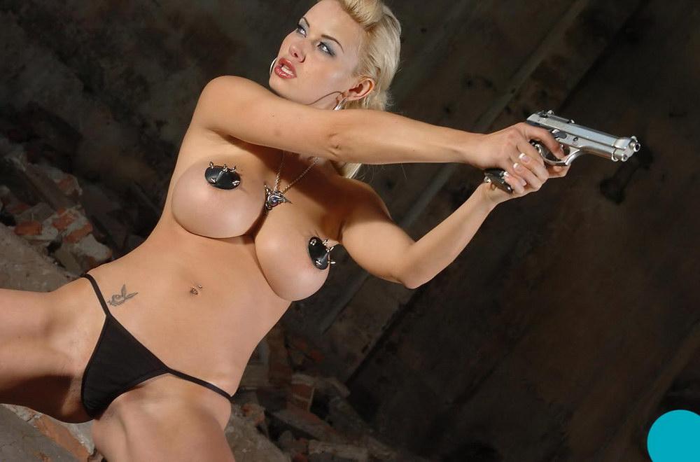 голые телки с пистолетом фото
