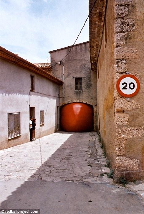 Путешествующий красный шар
