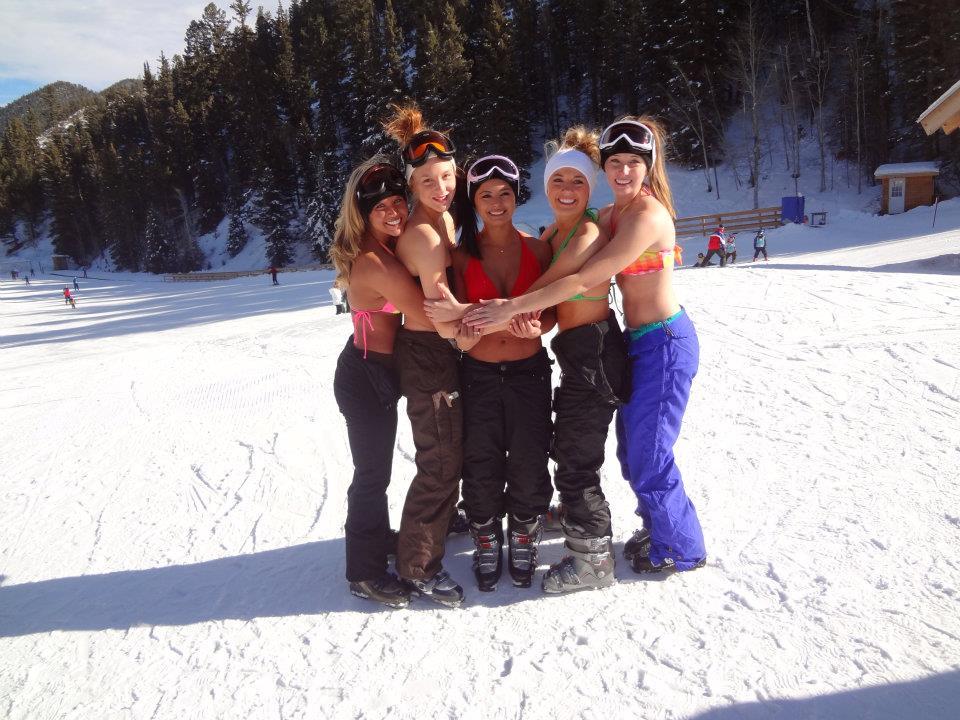 Девушки лыжницы