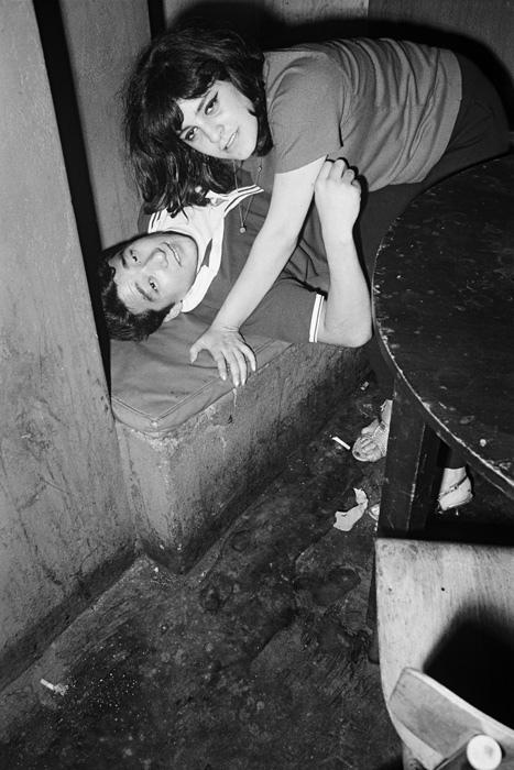 в ночных клубах