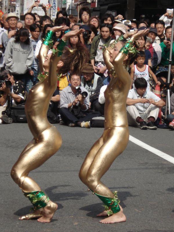 Cтранное полуголое уличное шоу в Японии