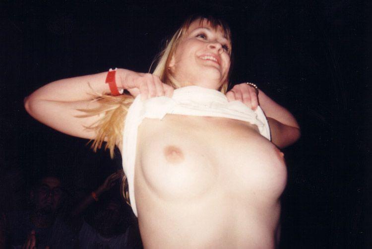 Топлесс девушки на концертах