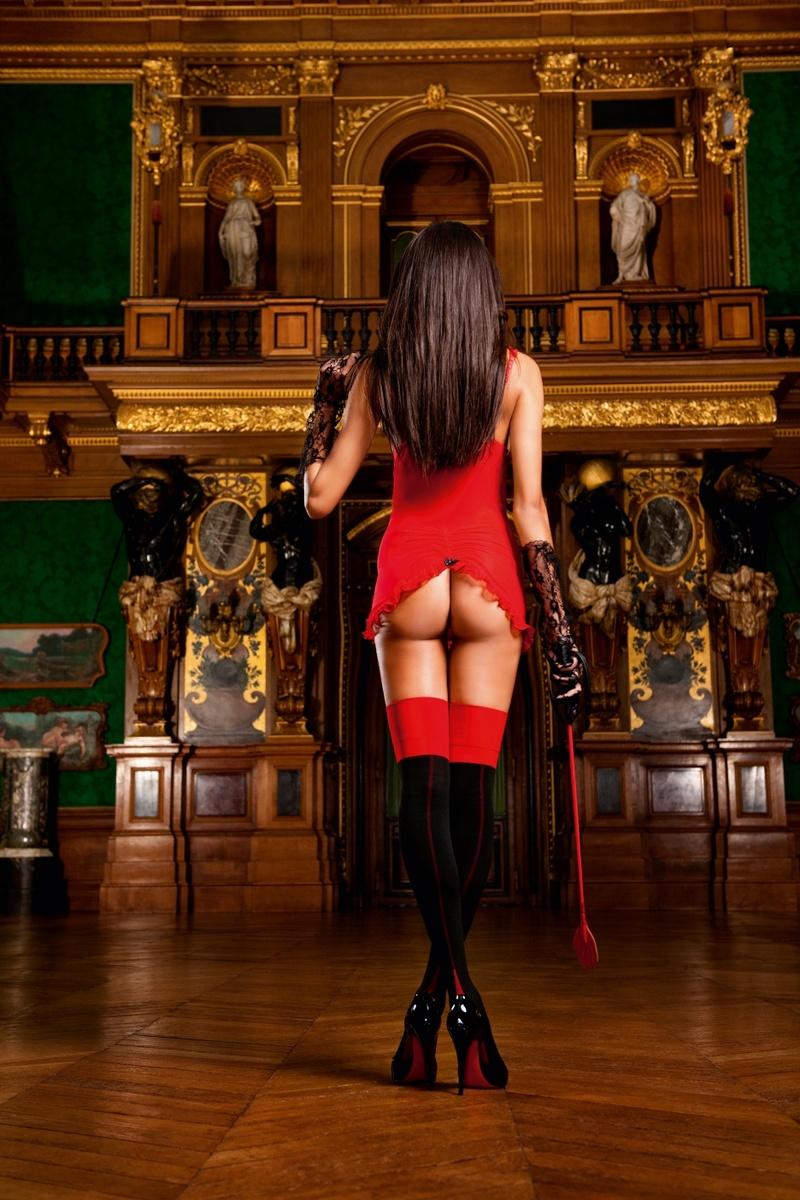 Фото в красном платье и в чулках 21 фотография