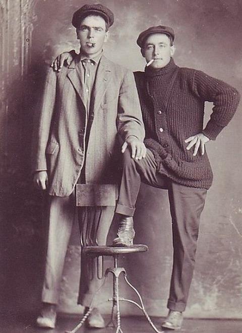 Винтажные фотографии странной мужской привязанности