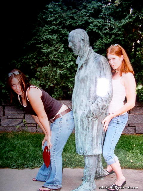 Шуточное Насилие над Скульптурами