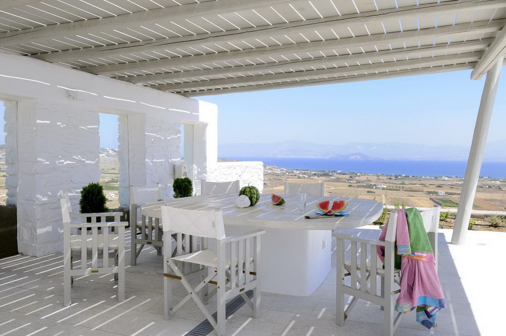 Белоснежный дом на берегу океана