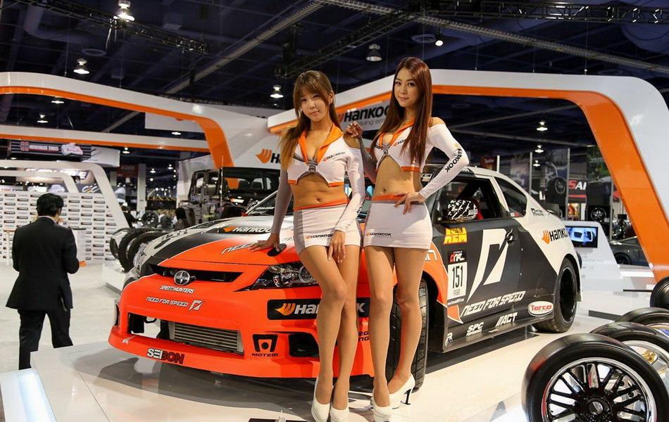 Симпатичные девушки с автовыставки