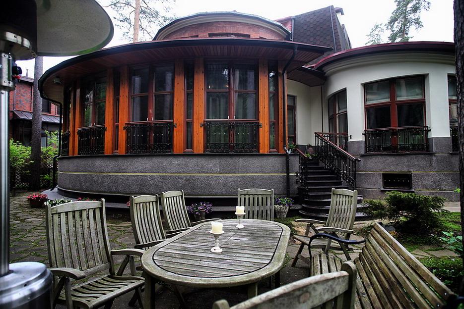 Домики в деревне Рублевка и квартиры в Москве