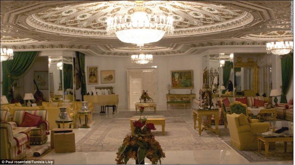 Фотоотчет из брошенного диктатором дворца