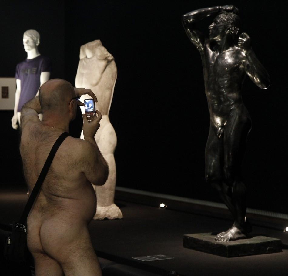 Нудисты на выставке