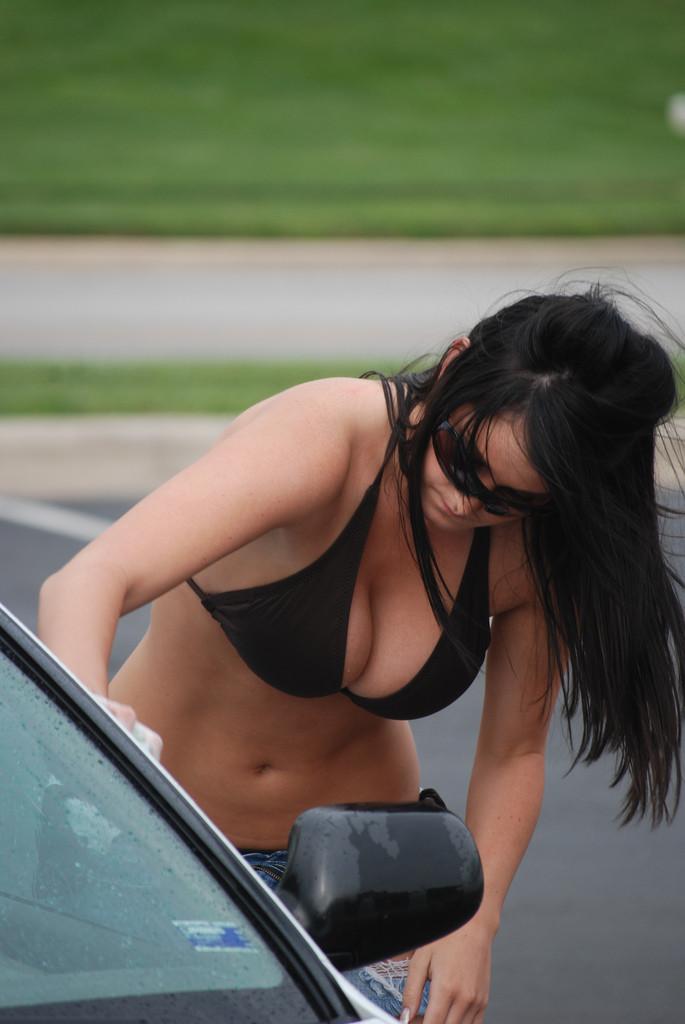 Автомойка в бикини