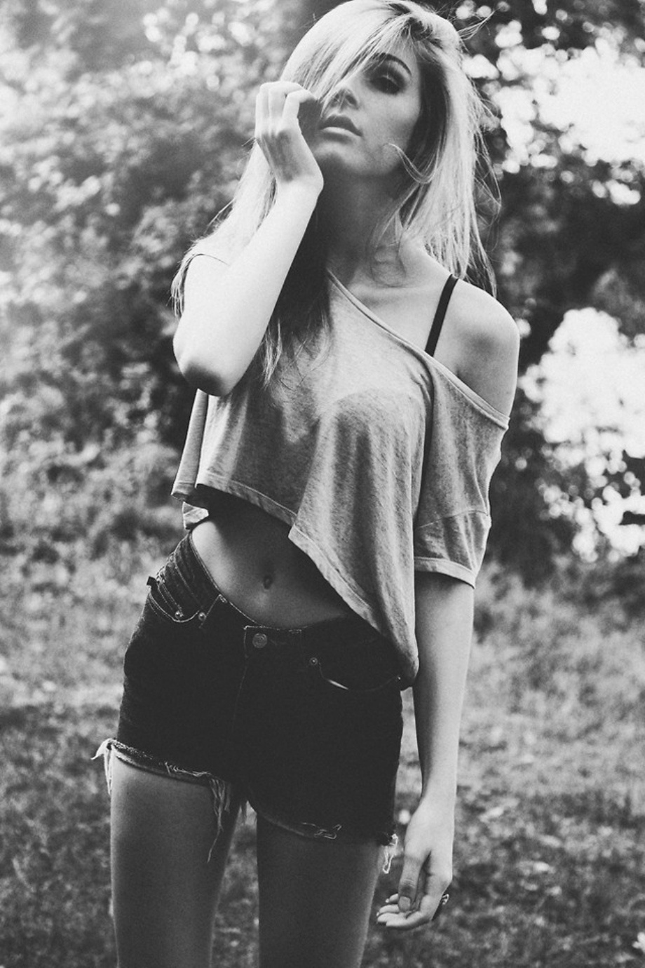 Девушки в джинсовых шортах