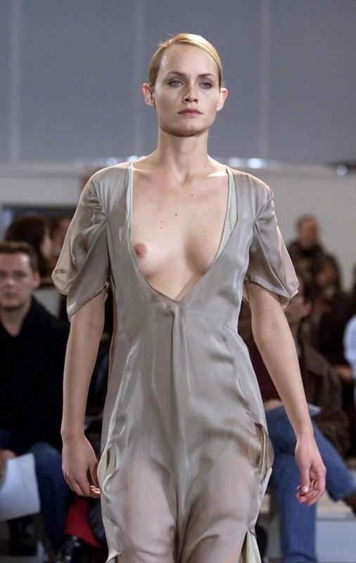 Странная мода на обнаженный топ