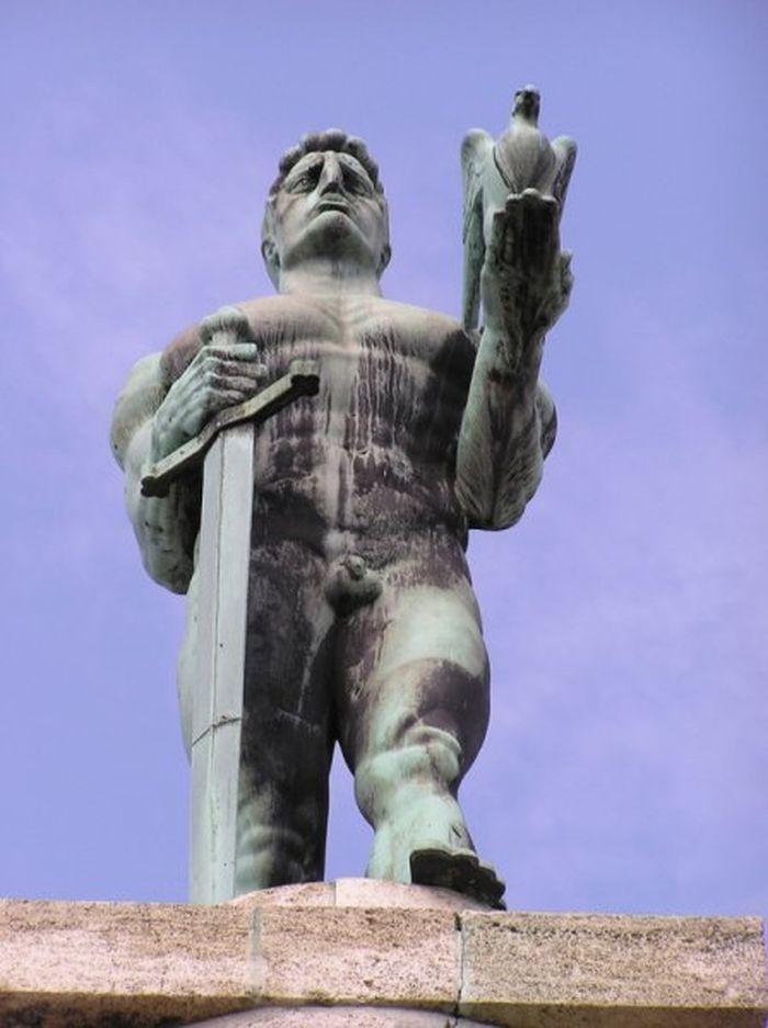 нелепые и странные скульптуры
