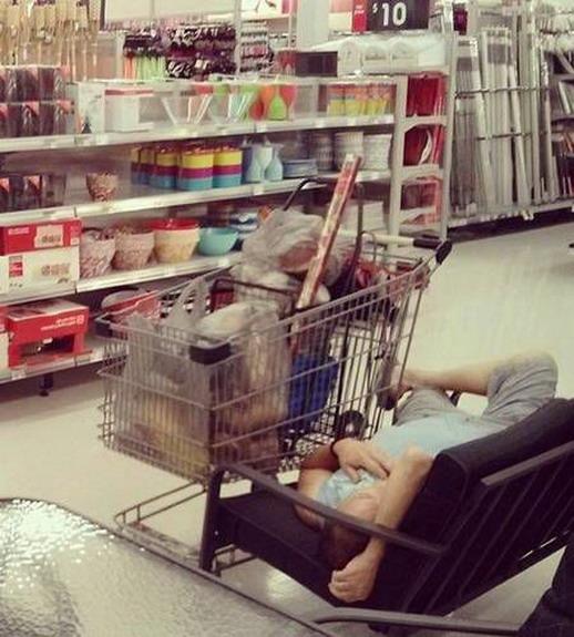 Уставшие от шопинга мужчины