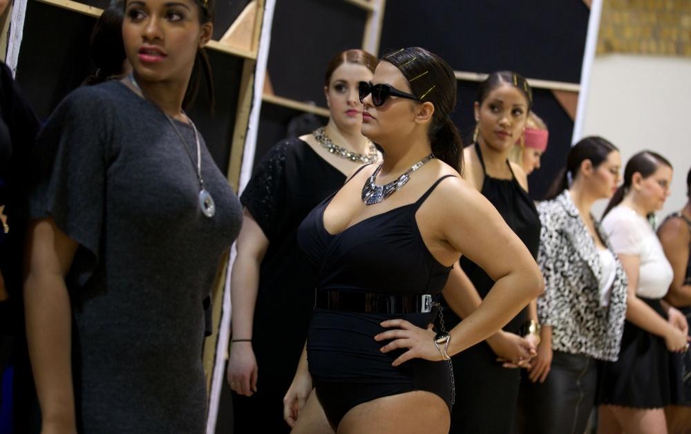 Полные модели в модном показе