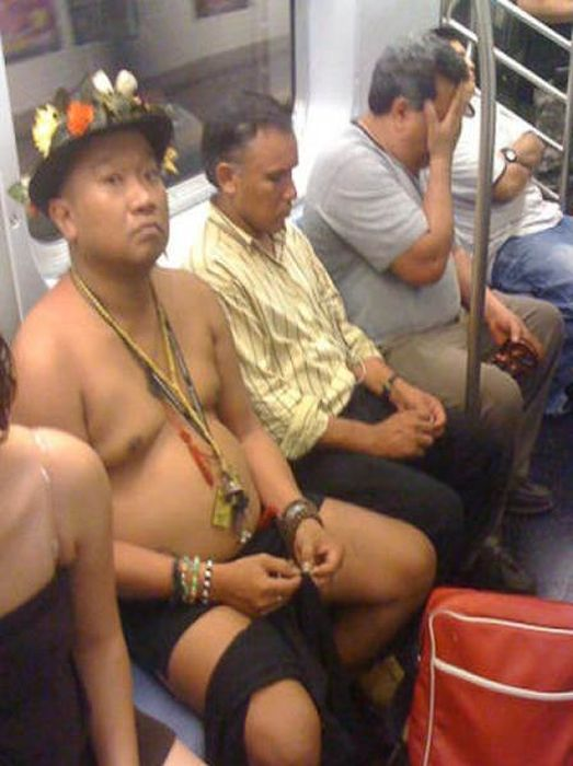 Странная мода у пассажиров в метро