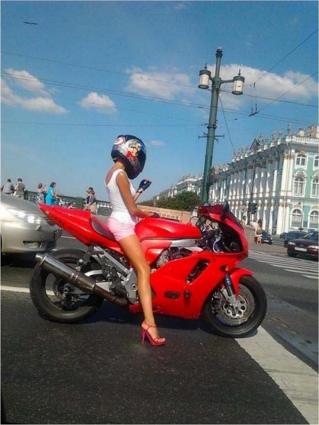 Сексуальные девушки на улицах города