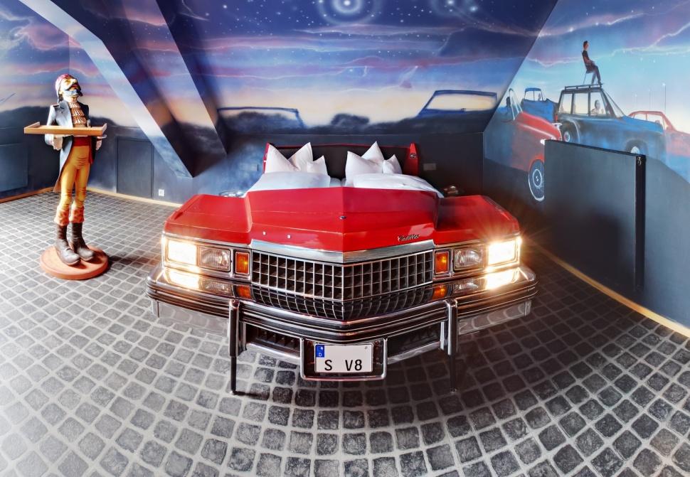 V8 Hotel - ночи в ретроавтомобиле