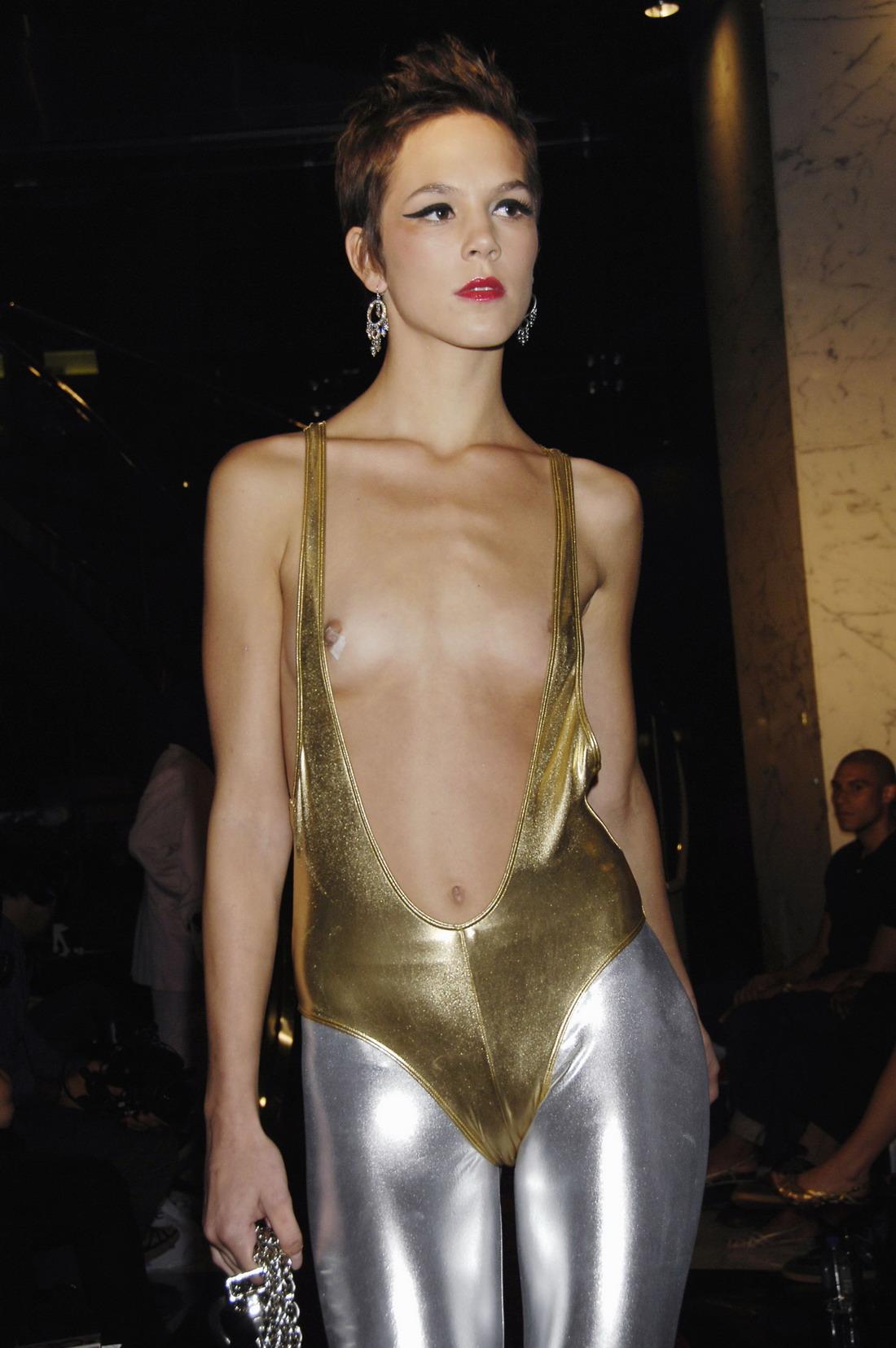 Смотреть показ мод голая мода 4 фотография