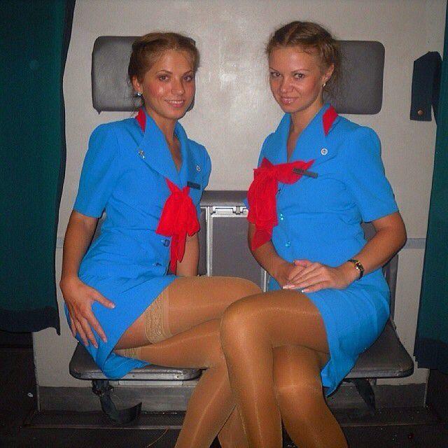 devushki-styuardessi-korotkie-yubki-kartinki