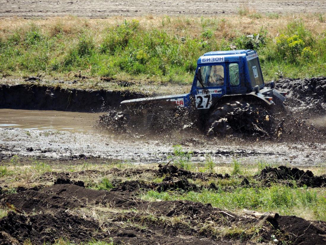 Гонки тракторов Бизон-Трек-Шоу