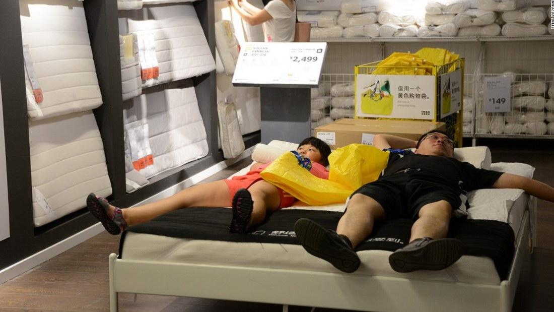 Китайцы в мебельных магазинах