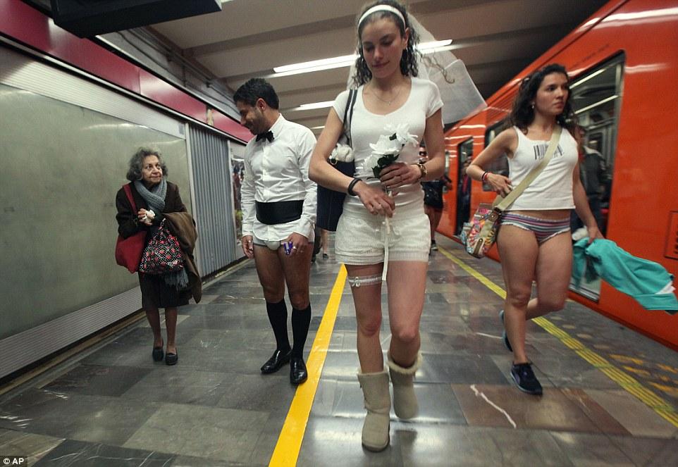Женщины в белых штанах секс фото совершенно желаю