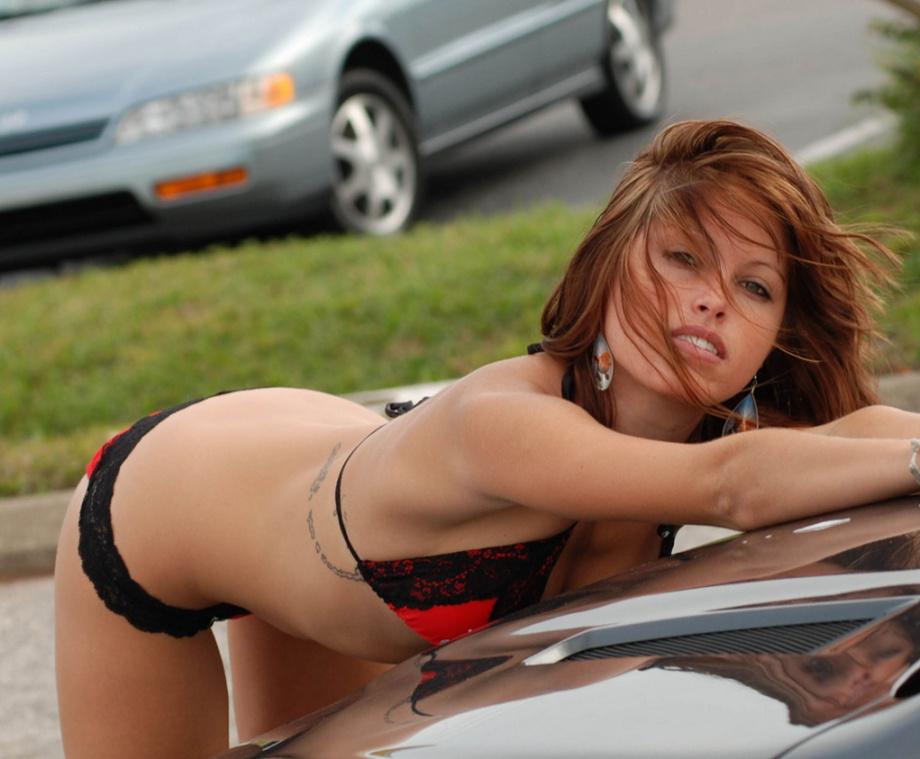 Девушки в бикини моют машины