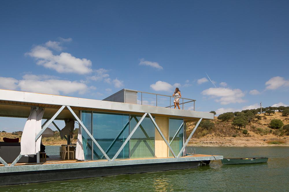 Плавающий дом с мотором